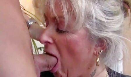 Mädchen saugt ihren Jungs Schwanz lang, er wichst pornoneu in ihrem Mund