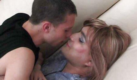 Hottie schlug auf das Sofa neue sexclips